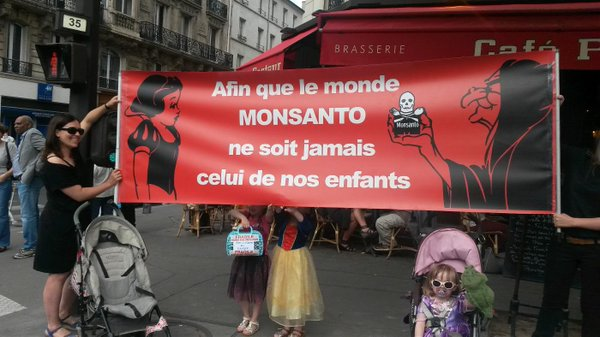"""Mothers against Monsanto in Paris: """"So that the world of Monsanto is never that of our children"""" (Photo: La Chouette)"""