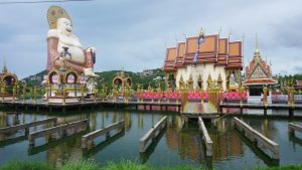 The beautiful featuures over the water at Wat Pllai Laem.