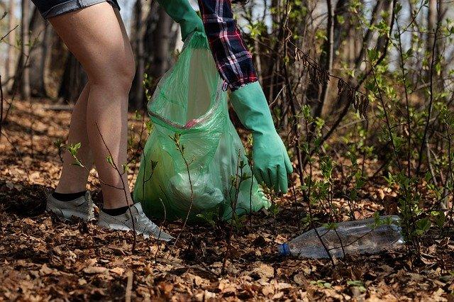 Ramassage des déchets plastiques dans la nature