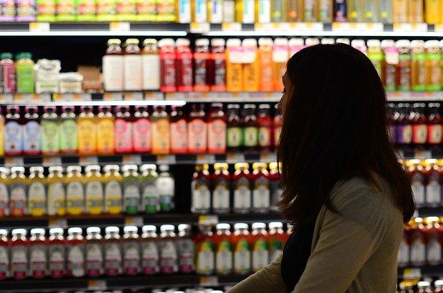 Bouteilles dans un rayon de supermarché
