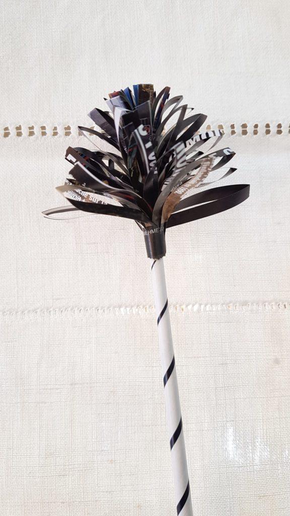 Fleur œillet en papier journal
