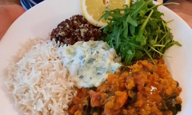 Cremiges Curry mit Quinoa und Reis