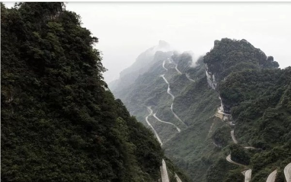 Range-Rover-Sports-climbs-Tianmen-Mountain-Dragon-Road