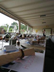 Mooi gedekte tafel voor het grote feest ter ere van de verjaardag en het jubileum