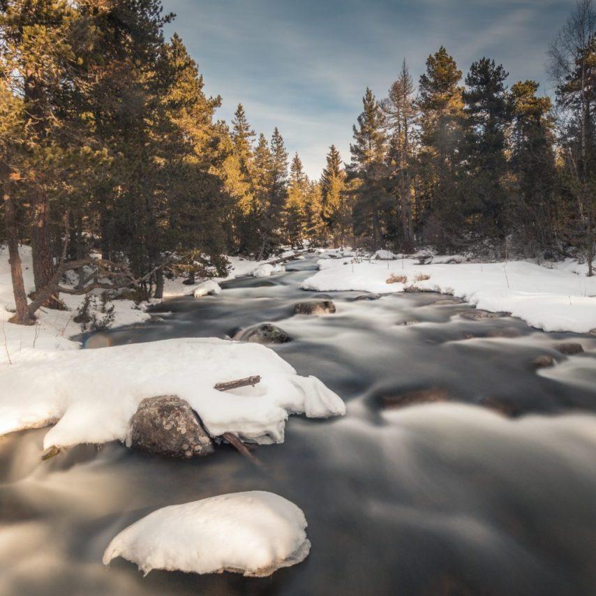 Photo de paysage longue exposition écoulement de l'eau d'une rivière