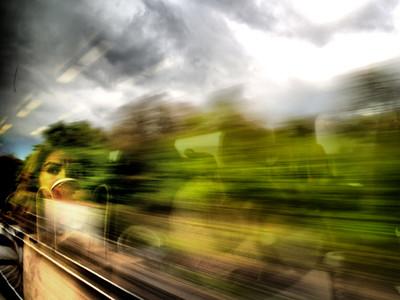 fille regardant par la fenêtre d'un train