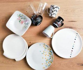 Assiettes, verres et tasses dépareillés