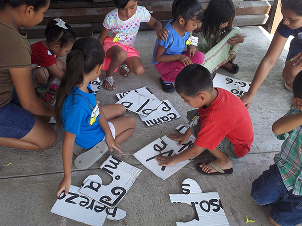 Kids putting together a puzzle at VBS in Miguel Aleman