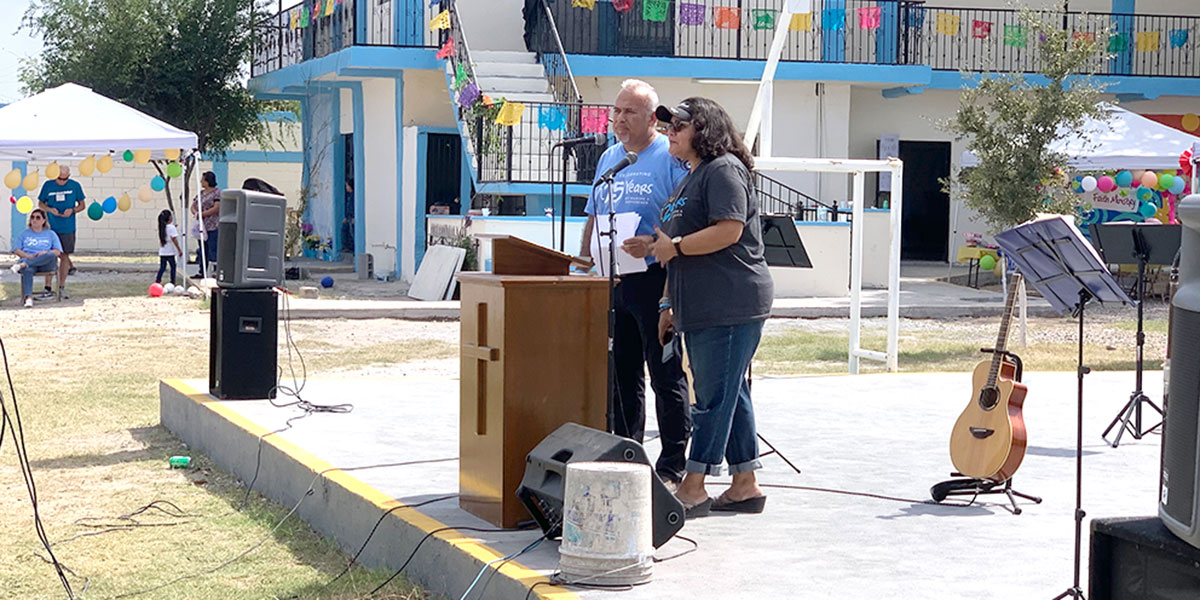Deantins daughter Annette and David speaking at the 25th anniversary fiesta in Naranjito