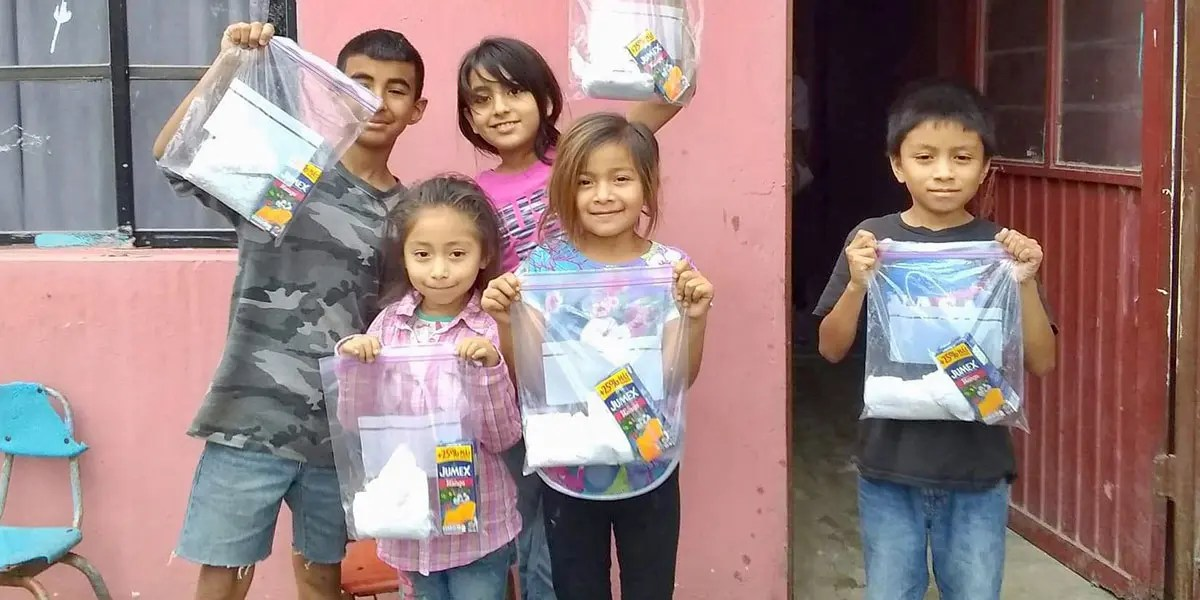 Kids with their lunch packs in Guardados de Arriba