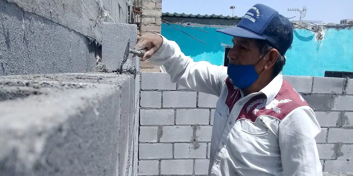 The staff and volunteers building the walls of Casa 8 in Reynosa Mexico