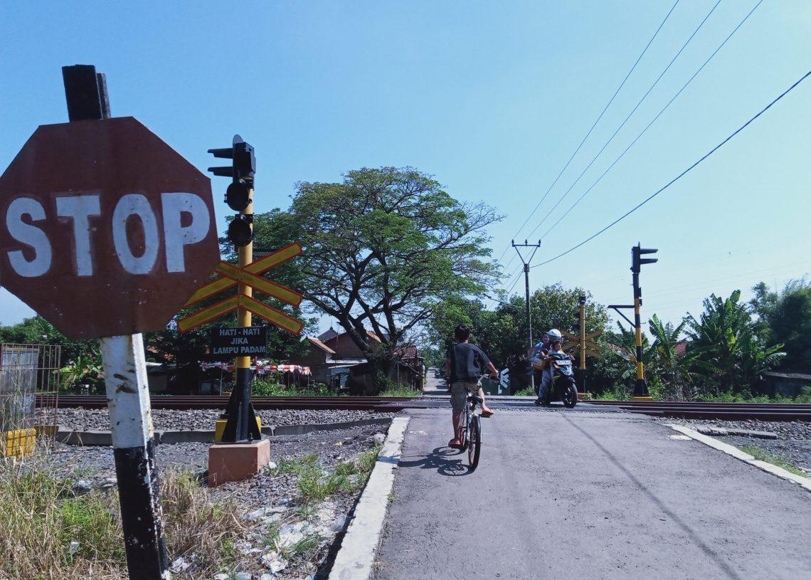 Membahayakan Warga, Perlintasan KA di Desa Dawuan Perlu Palang Pintu