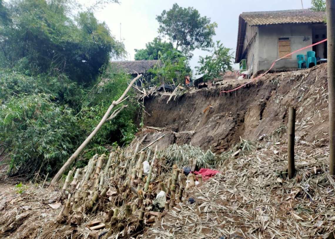 Tergerus Longsor Sungai Cisanggarung, Tiga Rumah Warga Terancam Hanyut