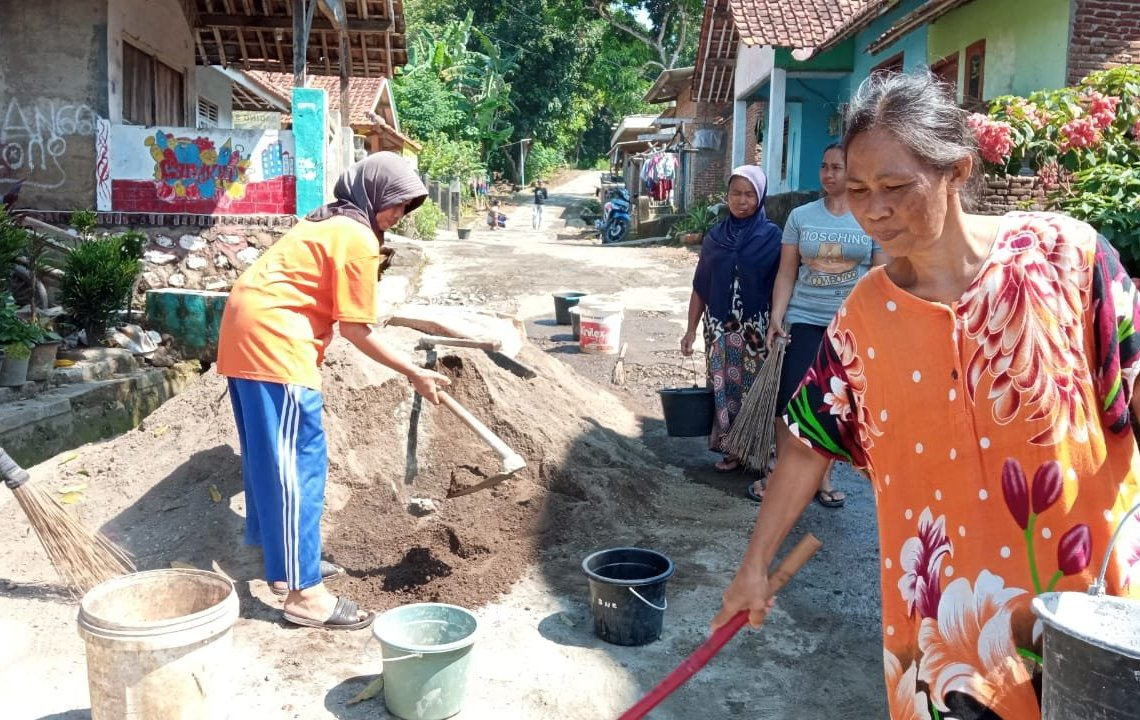 Emak-Emak Bersemangat Gotong Royong Perbaiki Jalan Rusak