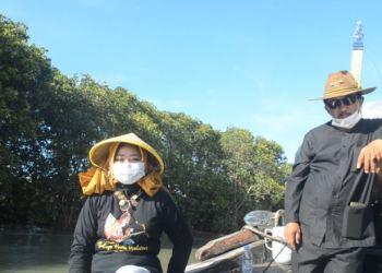 Kadisbudpora Kabupaten Cirebon, H. Hartono (kanan), didampingi Camat Suranenggala, indra Fitriani saat menaiki perahu bersama rombongan usai acara pembukaan destinasi wisata Suranenggala Mangrove, Jumat (2/4)