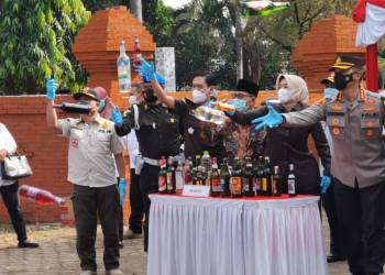 Usai melaksanakan Gelar Pasukan Operasi Ketupat Lodaya 2021, jajaran Polresta Cirebon memusnahkan ribuan minuman keras (miras) berbagai merek.