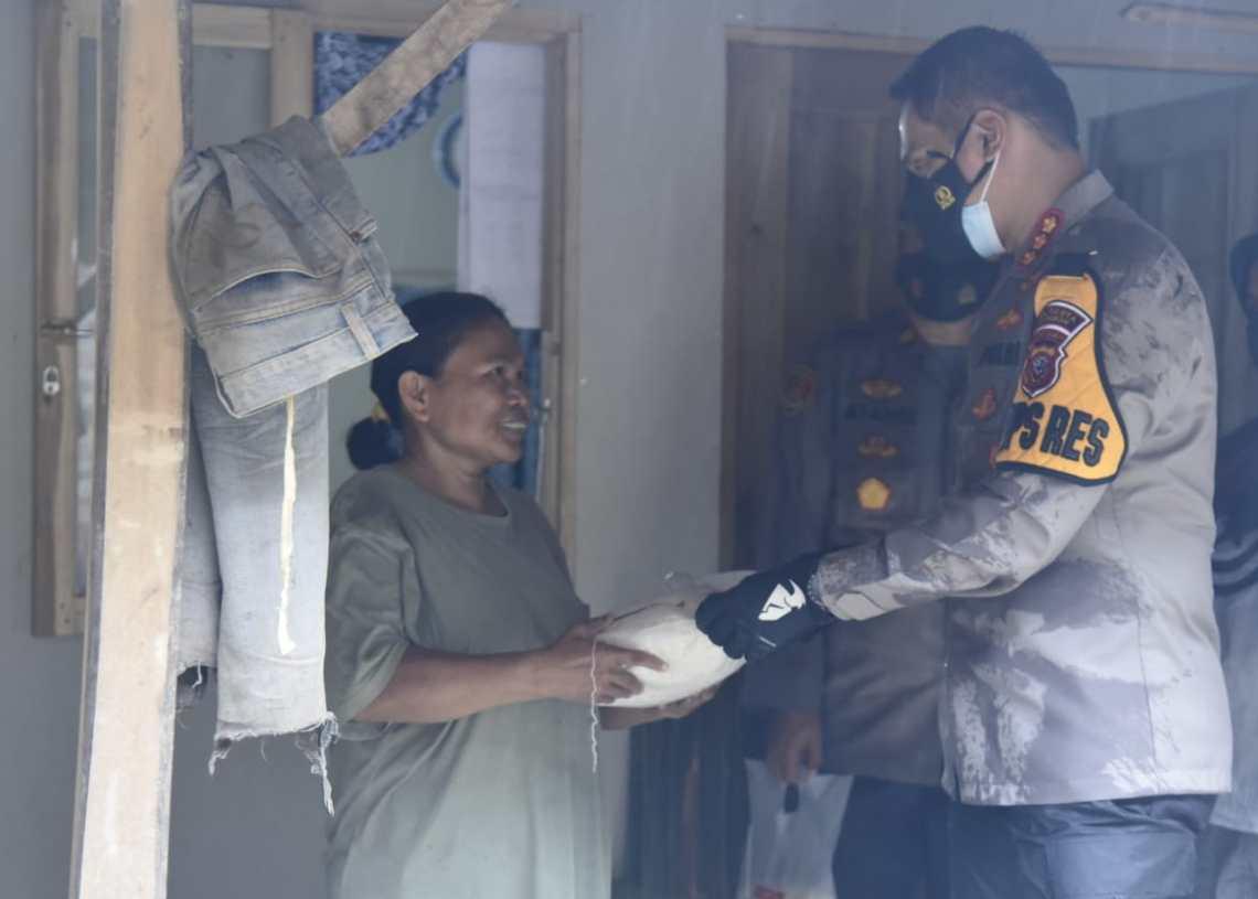Kapolresta Cirebon, Kombes Pol M Syahduddi saat memberikan bantuan sembako