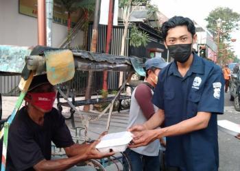 Ketua Jurnalis Pokja Polres Majalengka, Jaja Sumarja saat memberikan nasi kotak untuk berbuka puasa kepada warga disekitar pujasera Majalengka