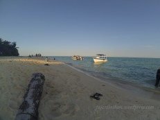 Santai di Pantai Pulau Sangalaki