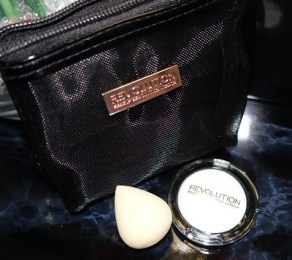 handbag-hacks-makeup-revolution-contents
