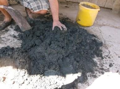 Глината се разтрошава на равномерни парченца и се подготвя за омесване.