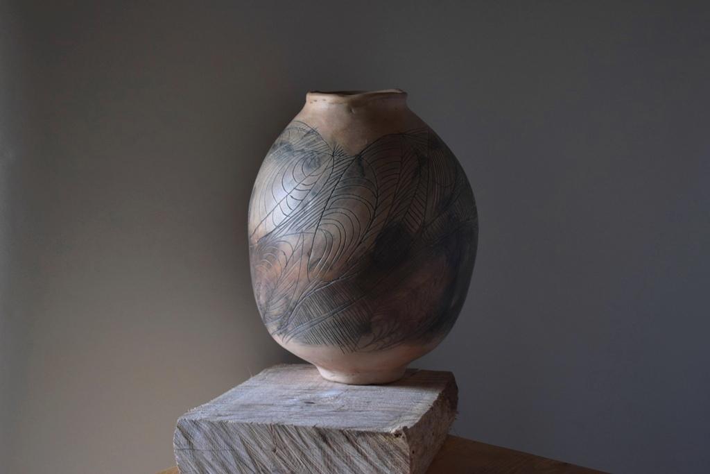 Авторска керамика, декоративни съдове изработени изцяло на ръка с авторски рисунки тип гравюра.