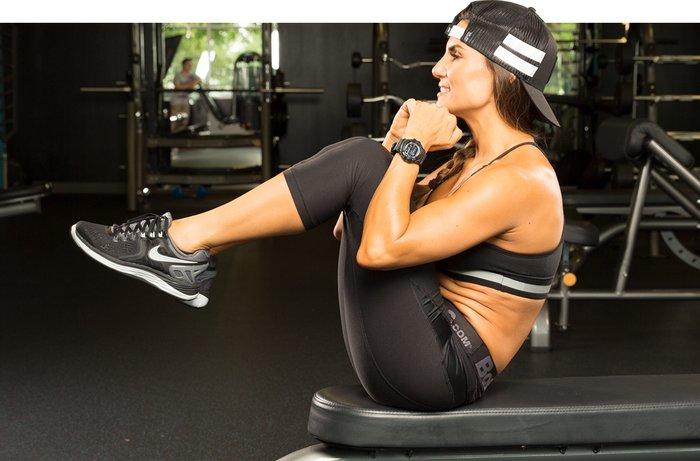 Dizleri göğsüne sıkma egzersizi