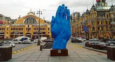 ВКиеве наместе памятника Ленину появилась синяя рука