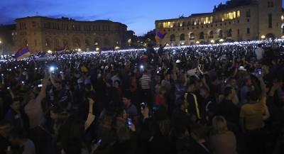 Демонстранты заблокировали парламент Армении. Видеотрансляция