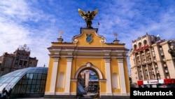 Скульптура архистратига Михаїла на Лядських воротах у столиці України. Майдан Незалежності. Архангела Михаїла вважають небесним покровителем Києва