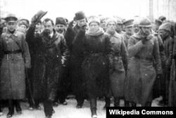 Парад, про який писав Булгаков у «Білій гвардії»: керівники Директорії УНР Володимир Винниченко (знімає капелюха) і Симон Петлюра (з піднятою рукою) на Софіївській площі в Києві, 19 грудня 1918 року