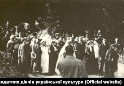 Труну із Лесею Українкою несуть жінки на Байковому кладовищі у Києві 7 серпня 1913 року