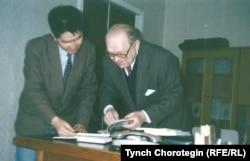 Омелян Пріцак із молодим колегою з Киргизстану. Київ, 1995 рік