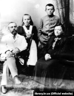 Родина Чижевських. На світлині Дмитро Чижевський (1894–1977) із батьком Іваном, матір'ю Марією та сестрою Марією