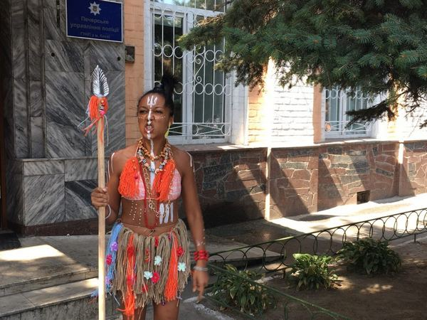 Активистка Femen пришла на допрос в полицию в костюме ...