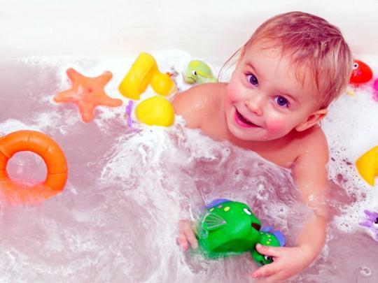 На резиновых игрушках, с которыми купаются малыши, живут ...