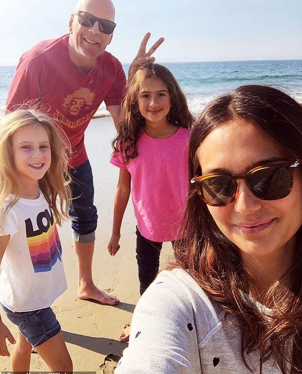 Деми Мур и Брюс Уиллис удивили новым семейным фото из ...