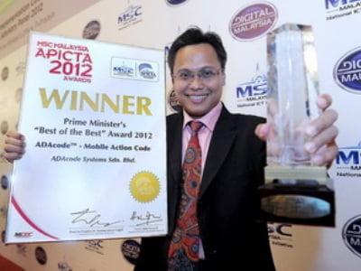 """PUTRAJAYA, 9 Okt -- Pengasas Ada Vista Sdn Bhd, Azli Paat bersama Anugerah """"MSC Malaysia Asia-Pacific ICT Alliance (APICTA) Prime Minister Best of the Best"""" yang diterimanya daripada Perdana Menteri, Datuk Seri Najib Tun Razak selepas mesyuarat Panel Penasihat Antarabangsa MSC Malaysia dan mesyuarat Majlis Perlaksanaan MSC Malaysia yang dipengerusikan Perdana Menteri di Bangunan Perdana Putra di sini, hari ini.--fotoBERNAMA (2012) HAKCIPTA TERPELIHARAPUTRAJAYA, Oct 9 -- The founder of Ada Vista Sdn Bhd, Azli Paat, with the ?MSC Malaysia Asia-Pacific ICT Alliance (APICTA) Prime Minister Best of the Best' award which was presented to him by the Prime Minister Datuk Seri Najib Abdul Razak after chairing the MSC Malaysia International Advisory Panel (IAP) / Implementation Council Meeting (ICM) 2012 meeting in Bangunan Perdana Putra, here today.--fotoBERNAMA (2012) COPYRIGHT RESERVED"""