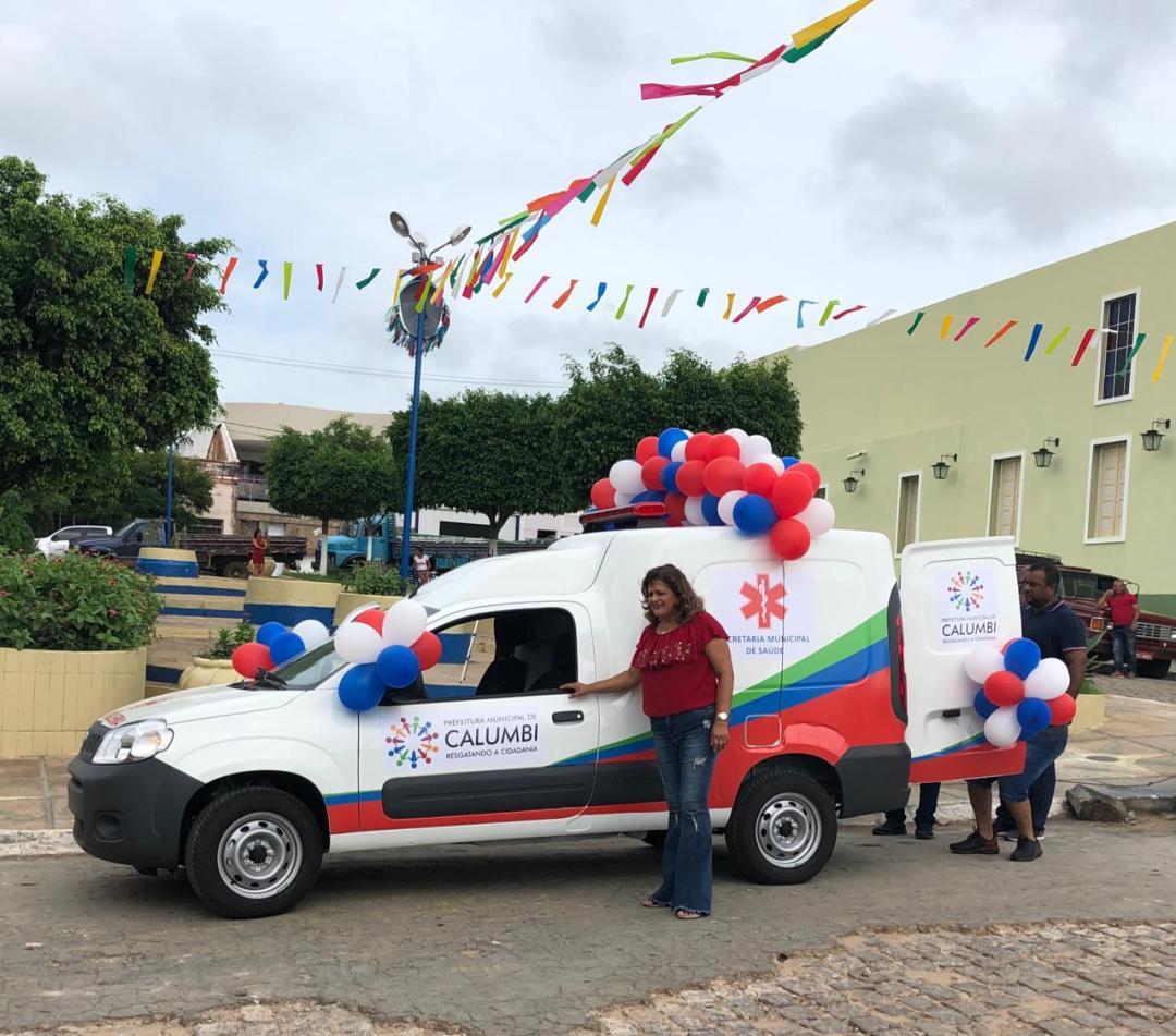 Calumbi - Sandra entrega ambulancia