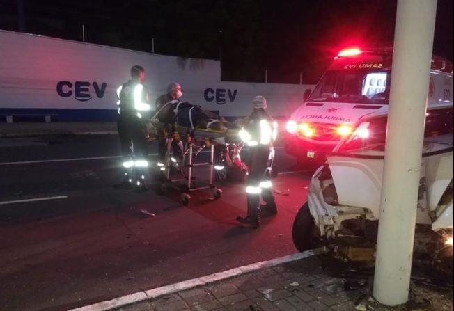 Irmãos ficam feridos em grave acidente na avenida Frei Serafim