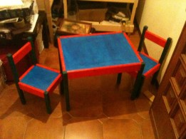 Tavolo e coppia di sedie per bambini