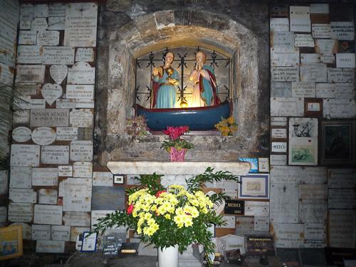Några av alla tack-tavlor från de som blivit botade av böner här