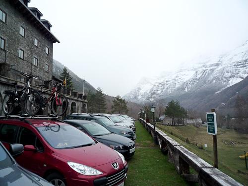 Paradoren till vänster, våra cyklar på biltaket och Pyreneerna