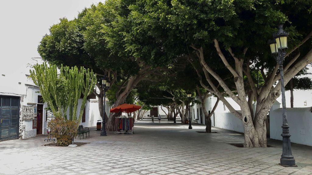 Lanzarote-travel-guide-haria-das-tal-der-tausend-palmen-straße-marktplatz (1 von 1) (1)