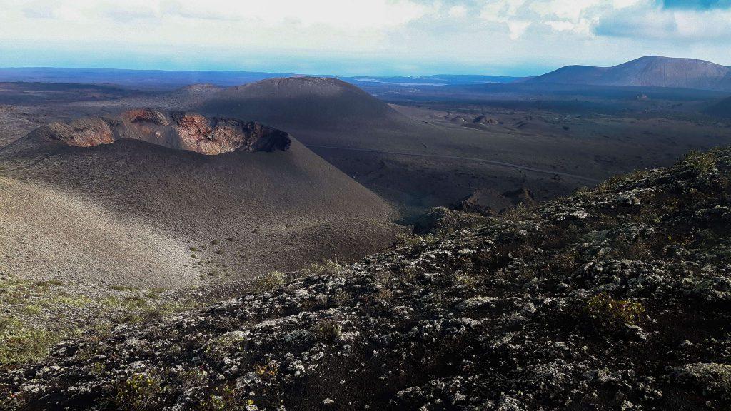 Lanzarote-travel-guide-timanfaya-nationalpark-vulkan-landschaft-berge-weit (1 von 1) (1)