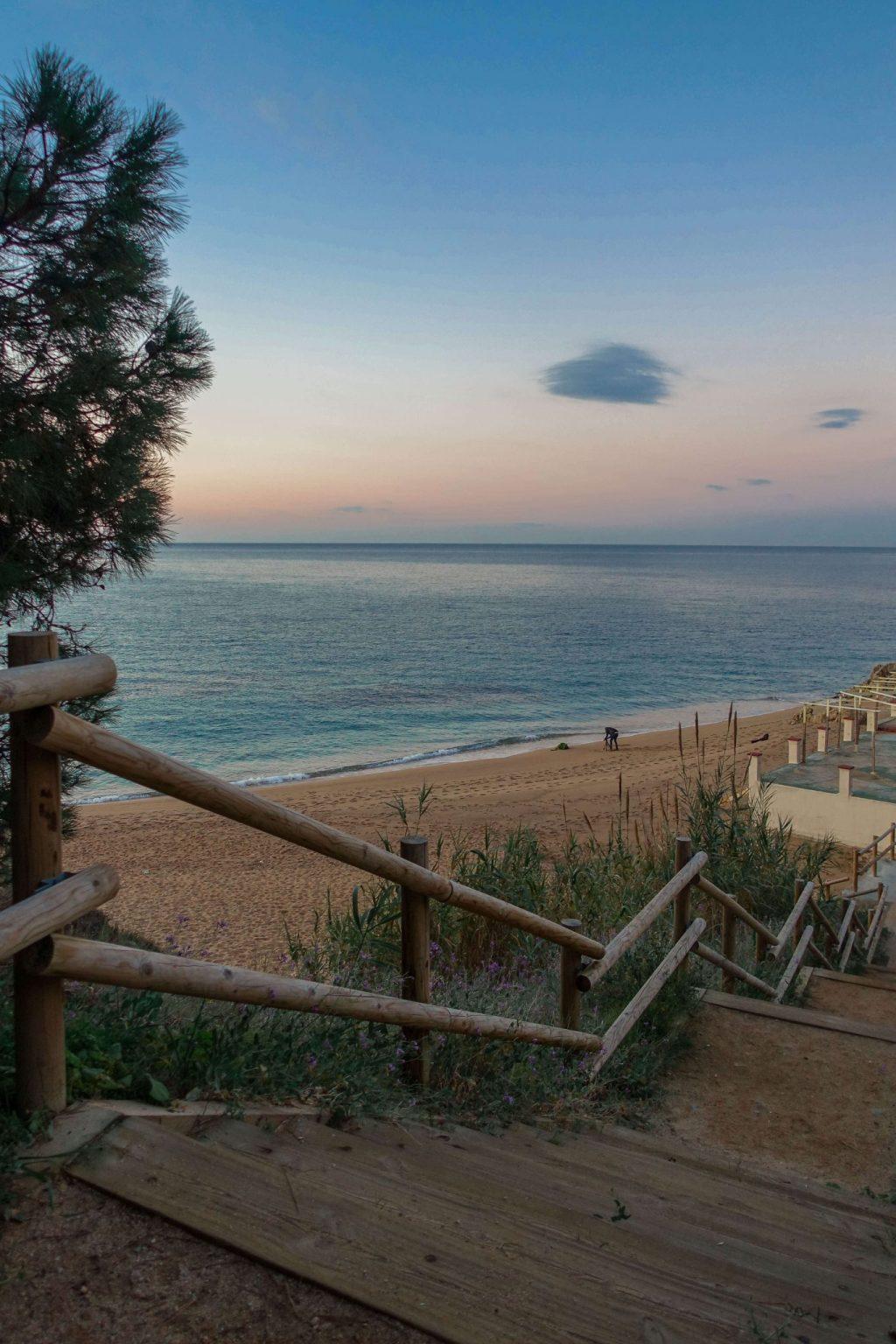 calella-roca-grossa-strand-sonnenaufgang-treppe