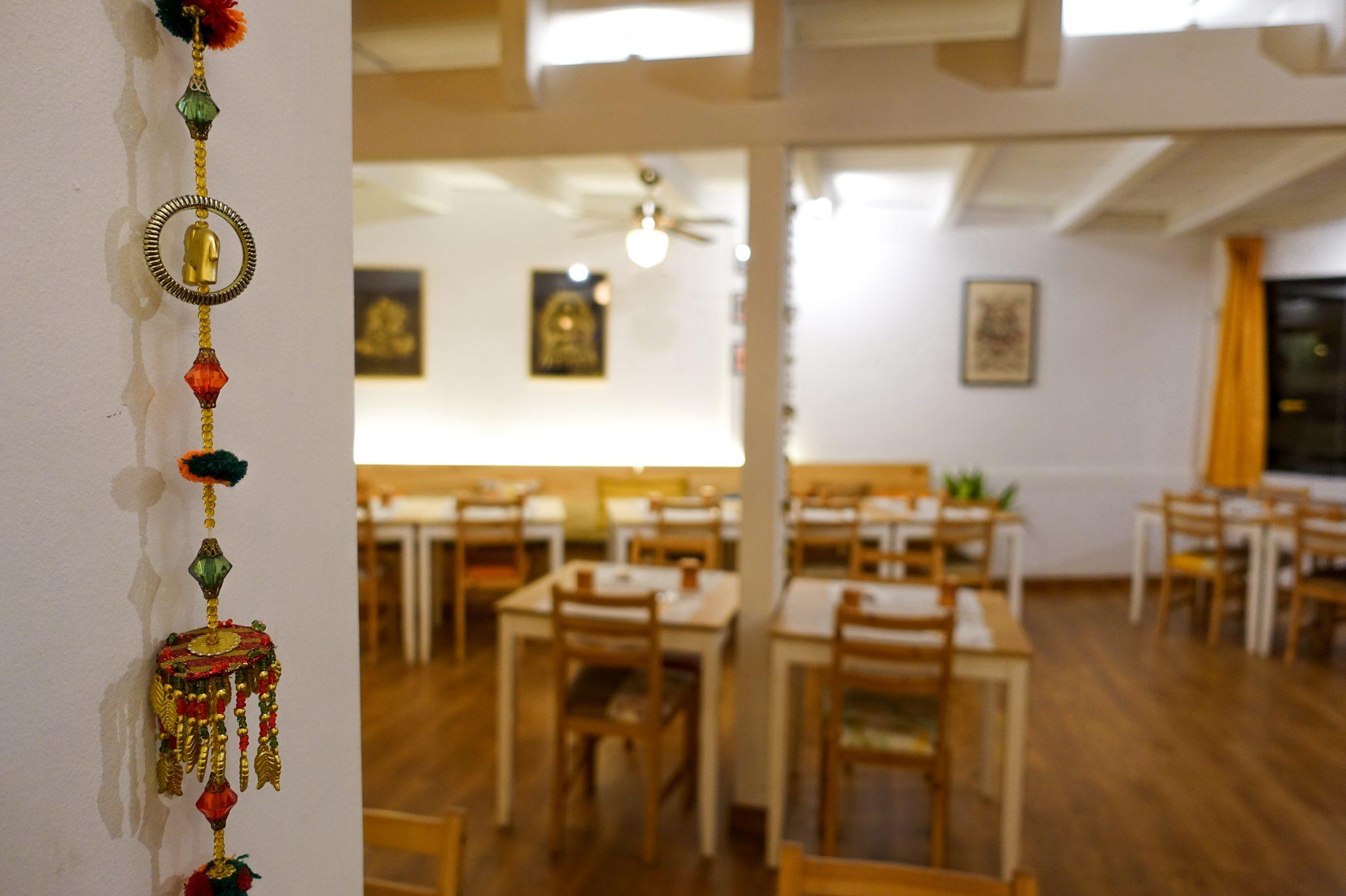 calella-travel-guide-winter-kurkuma-restaurant-tische