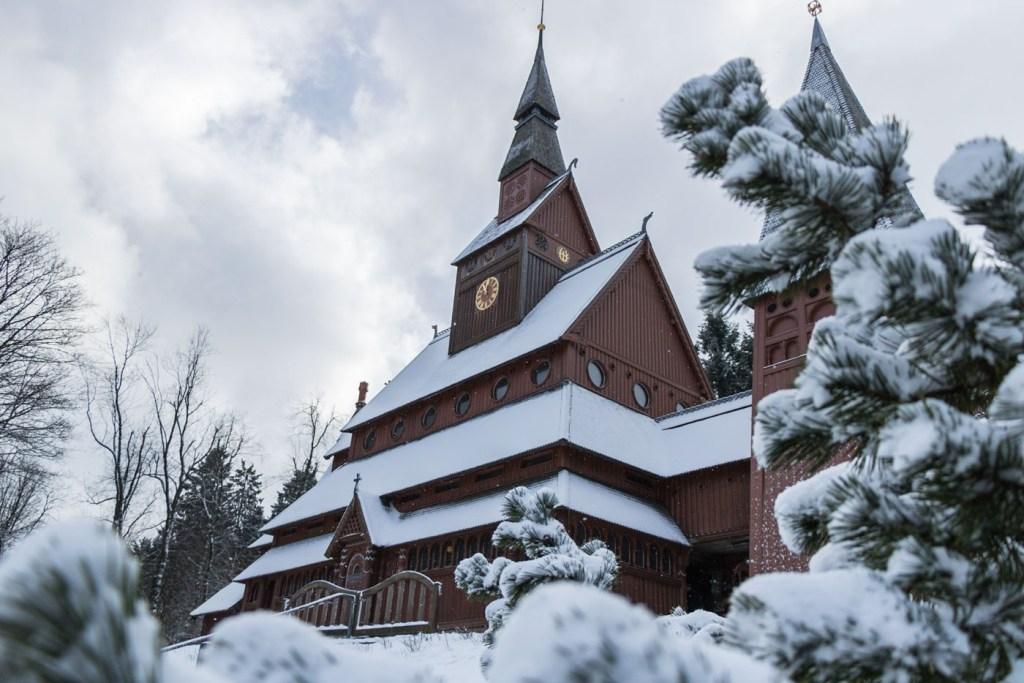 Stabkirche-Hahnenklee-Winter-schnee
