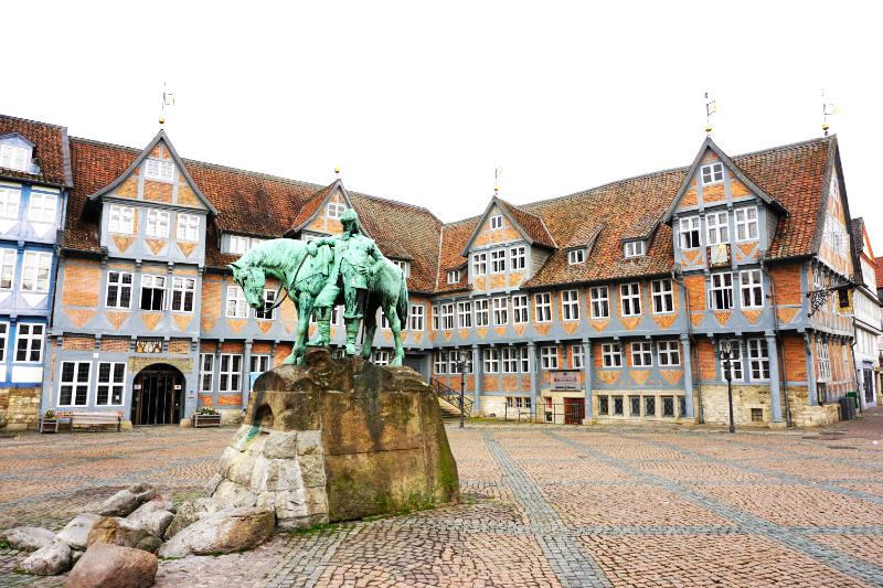 Wolfenbüttel-Stadtmarkt-mit-Denkmal