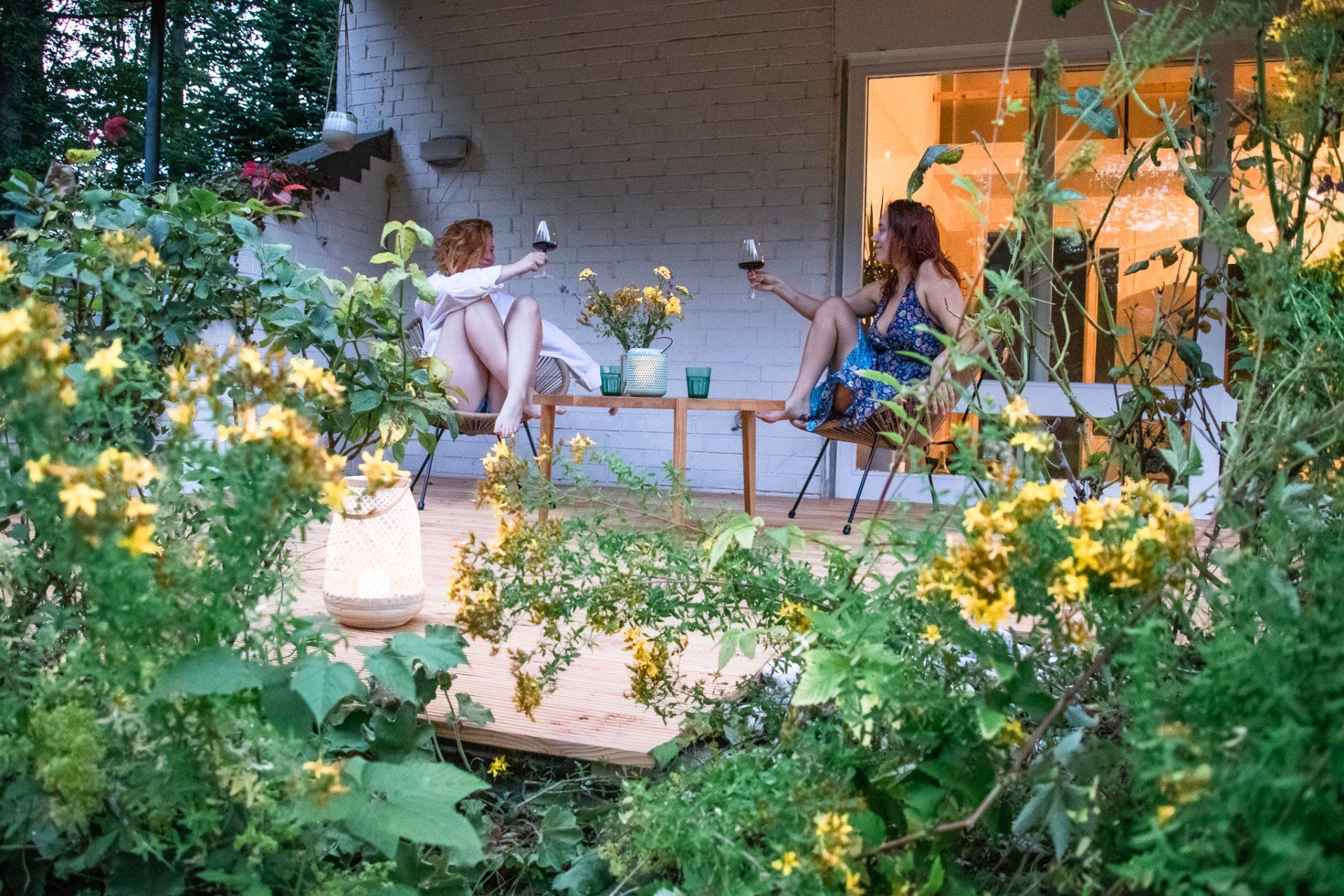Ferienhaus-am-See-Terrasse-wein
